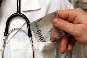 Hálapénz miatt bukott le egy orvos és az asszisztense
